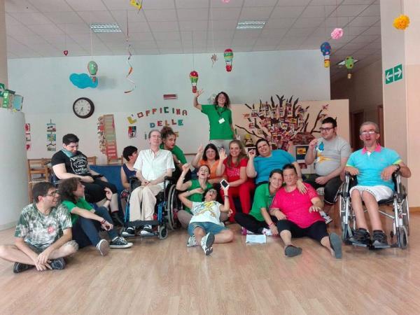 Attività in compagnia dei ragazzi disabili insieme agli assistenti al centro Starbene di Bari