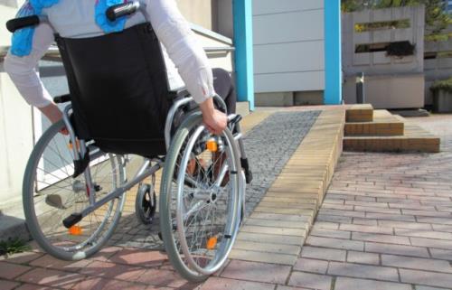 Ragazzo disabile su sedia a rotelle