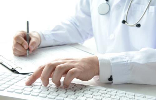 Medico al pc fornisce supporto e ascolto per le famiglie