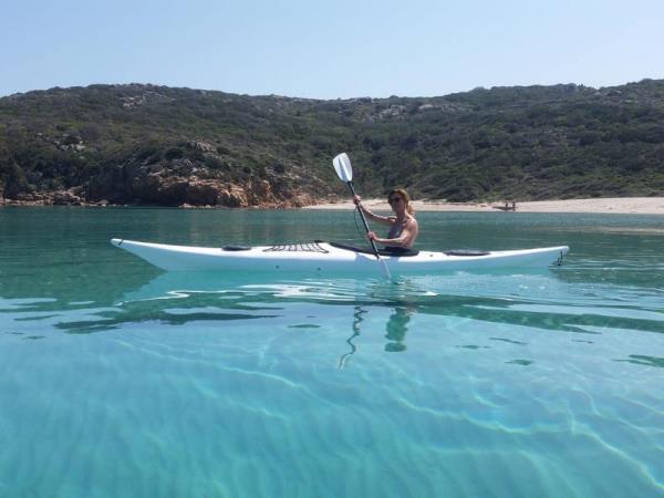 Ajò Kayaking escursione in spiaggia protetta