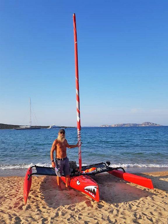 Ajò Kayaking trimarano in spiaggia