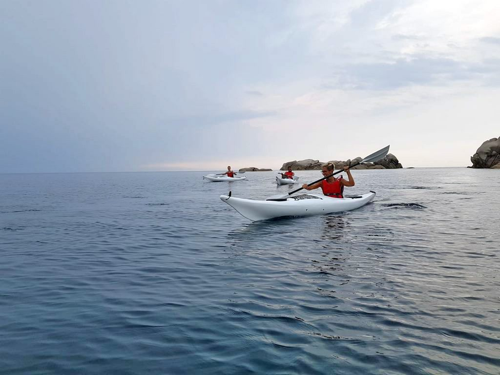 Ragazzi in mare Ajò Kayaking