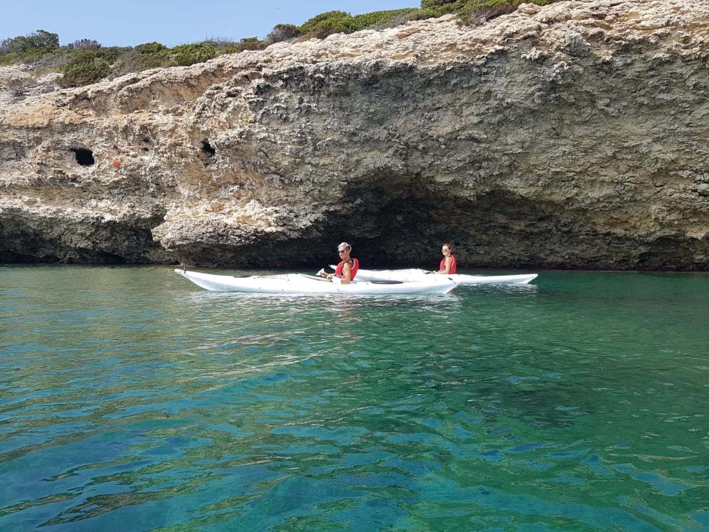 Ajò Kayaking escursione sottocosta
