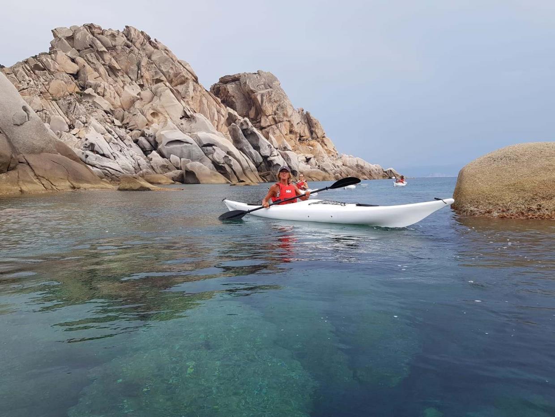 Ajò Kayaking kayak tra gli scogli