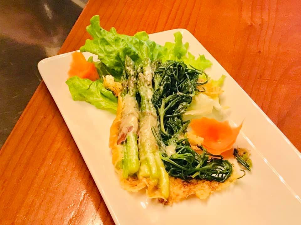 Agretti e asparagi gratinati avvolti con pancetta L'Ostarìe dal Palût