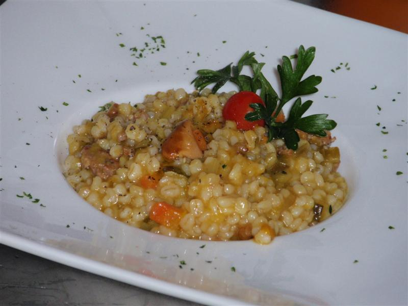 Orzotto con verdure di stagione e salsiccia