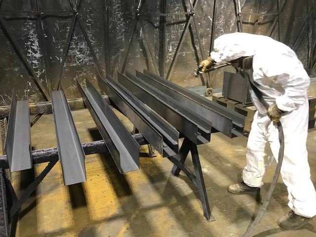 Operazione di verniciatura Manutecno