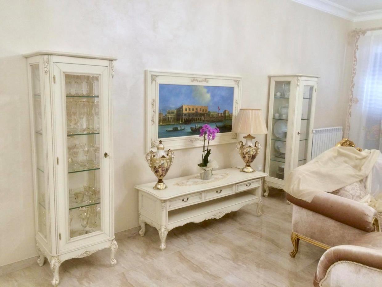 Arredamento soggiorno realizzato artigianalmente in legno