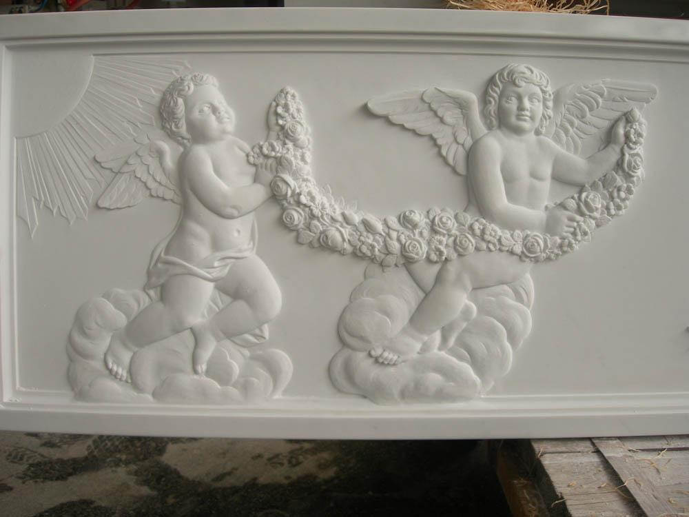 Lapide con angeli lavorazione del marmo a Pietrasanta Lucca