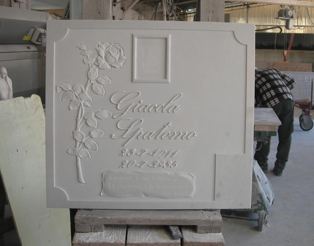 Lapide urna funeraria lavorazione del marmo a Pietrasanta Lucca