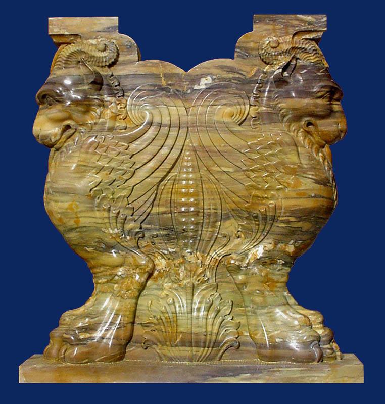 Capitello con raffigurazioni Opere architettura marmo Pietrasanta Lucca