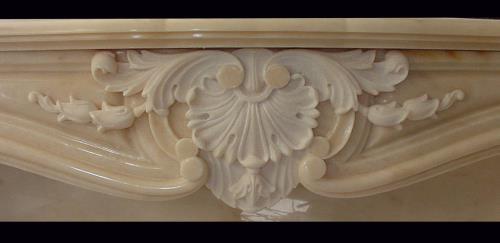 Particolare rivestimento camino in marmo Pietrasanta Lucca