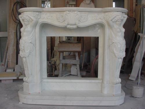 rivestimento camino in marmo bianco
