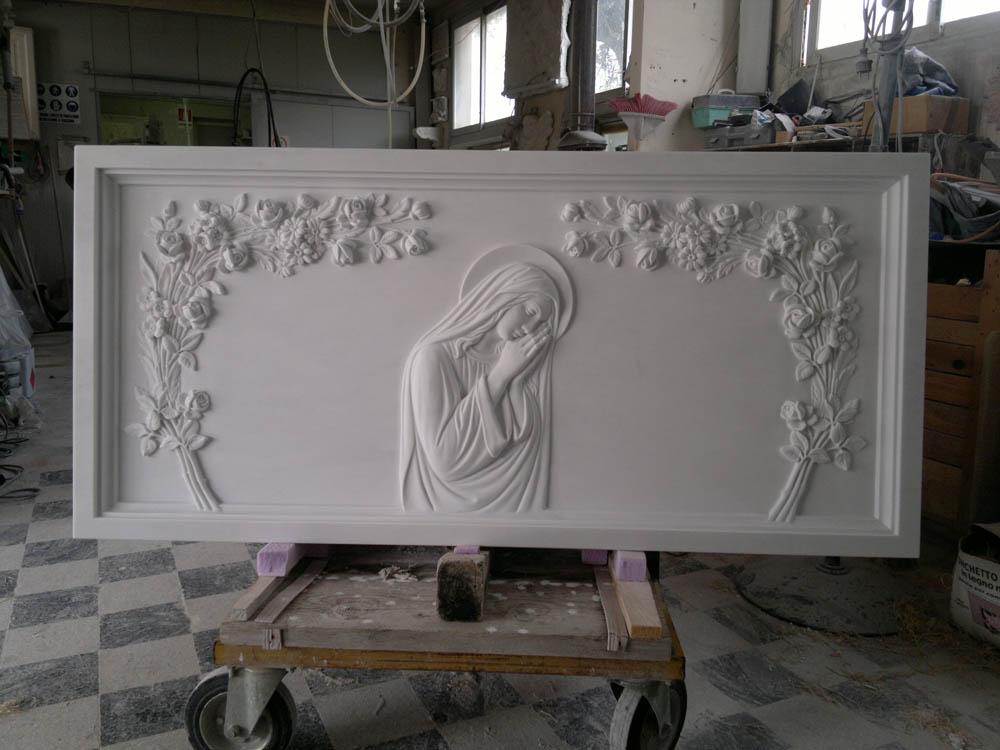 Lapide con rilievi opere arte funeraria Pietrasanta Lucca