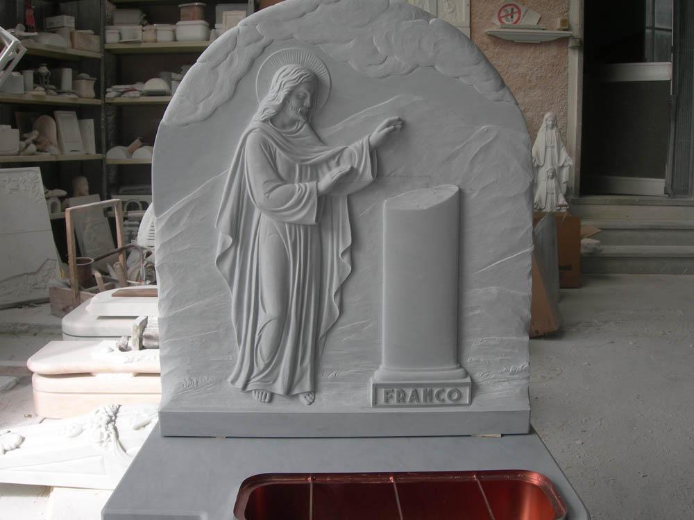 Elemento sacro intarsiato opere arte funeraria Pietrasanta Lucca