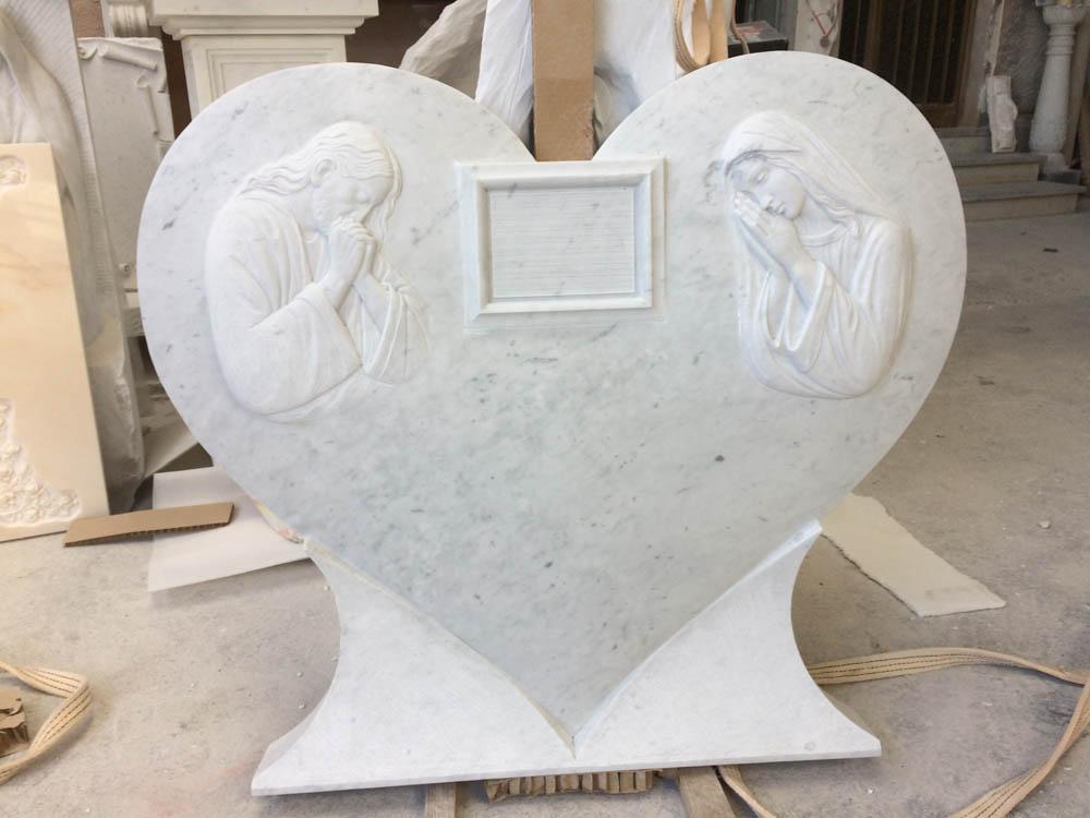Lapide a forma di cuore opere arte funeraria Pietrasanta Lucca