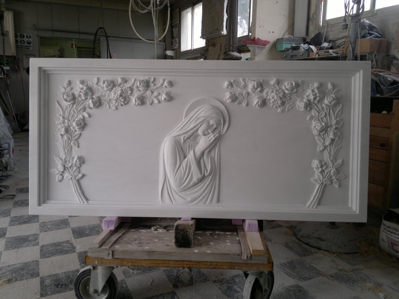 Lapide con madonna foto opere arte funeraria Pietrasanta Lucca