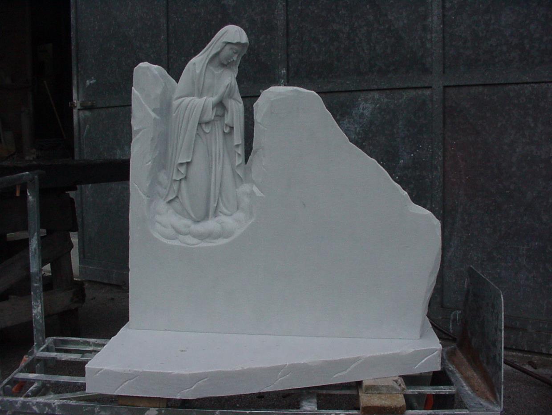 Lapide con Madonna opere arte funeraria Pietrasanta Lucca