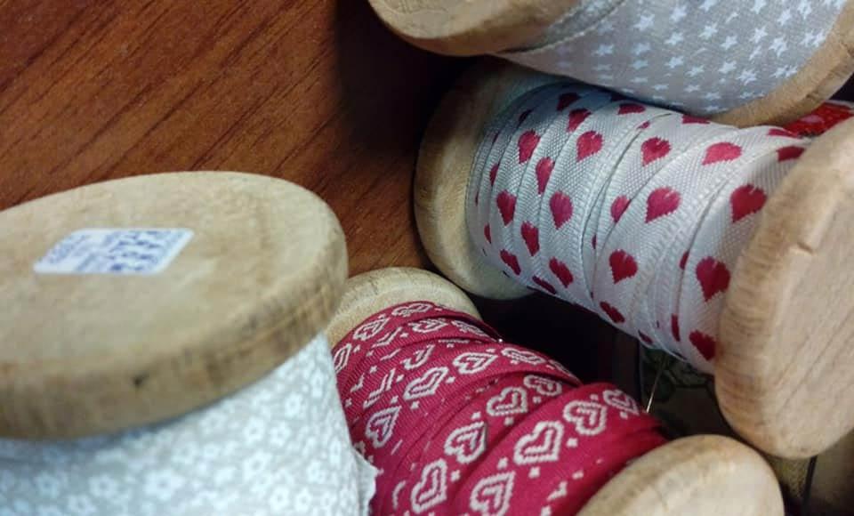 Rasi e rocchette di filo laboratorio sartoriale artigianale