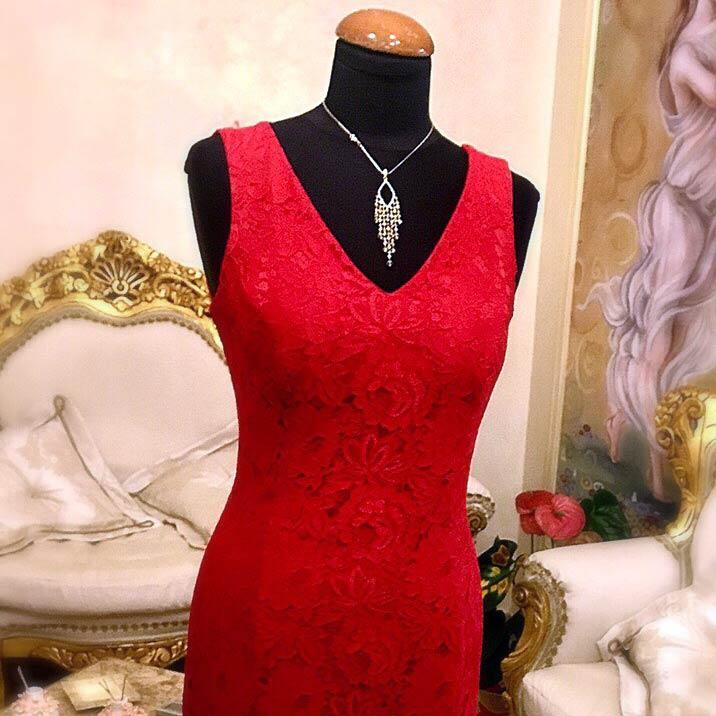 Manichino con abito rosso su misura