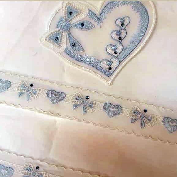 Diorama di Graziella Familari intarsi e cuciture su lenzuolini