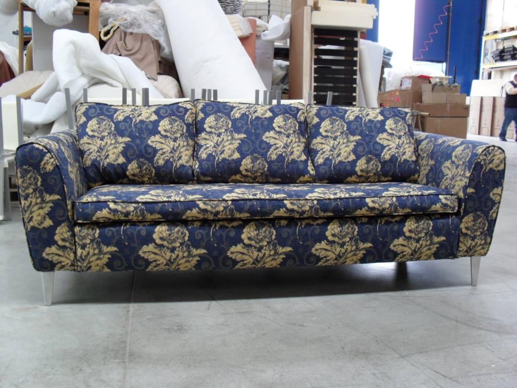 Lavoro di restauro e rifacimento divano rivestito