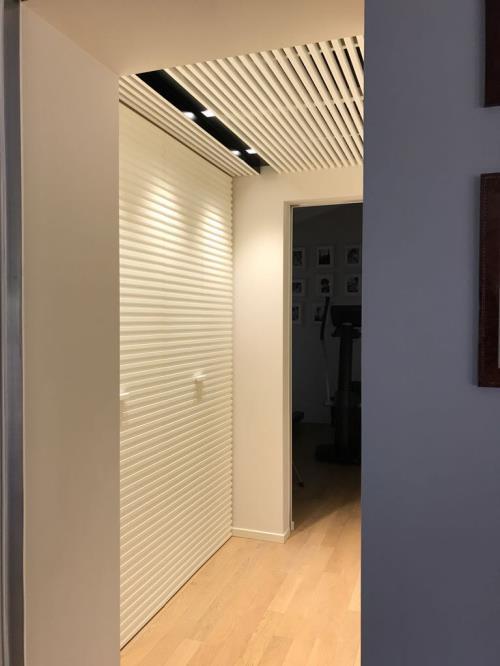 armadio a muro in legno su misura con soffitto a listoni, falegname brescia
