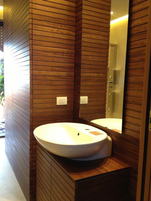 rivestimento pareti con doghe in legno per arredo bagno, falegnameria brescia