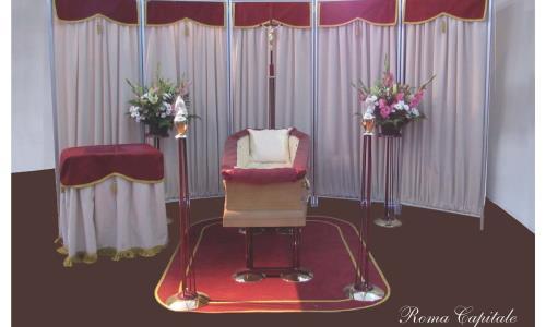 Allestimenti completi per camere ardenti, accessori e complementi d'arredo funebre, in legno o resina per sale di commiato