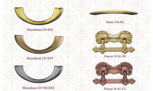 Una vasta selezione di crocifissi e maniglie, in ottone, bronzo ed altri materiali, completa la nostra gamma di accessori per cofani funebri
