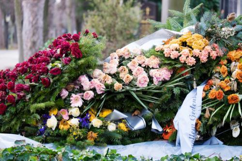 Siamo in grado di fornire una gamma completa di allestimenti e composizioni floreali per camere ardenti e funerali: corone, cuscini e copricofano