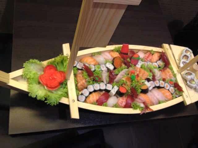 Barca con sushi e sashimi misto Chan Sushi Bar