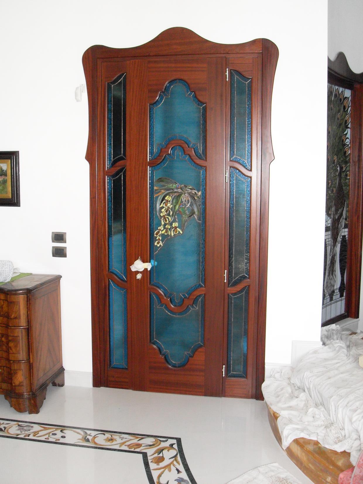 Porta con vetrata decorata