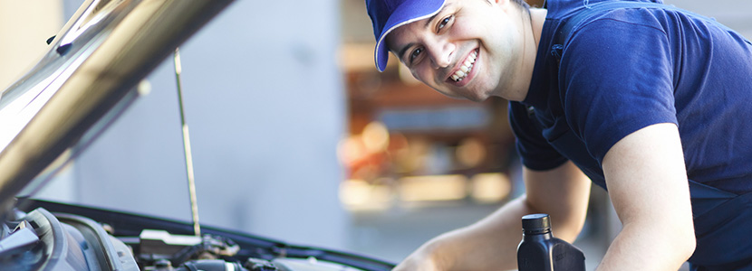 Meccanico in riparazione auto