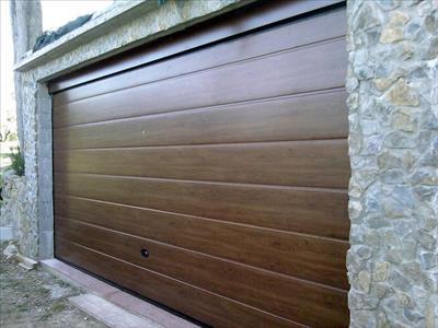 Portone sezionale con pannelli effetto legno