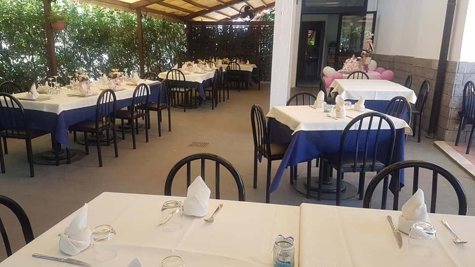ristorante con tavoli all'aperto terni