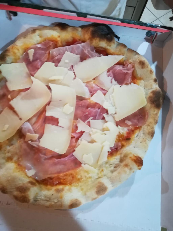 PIZZA CON GRANA E SPEK