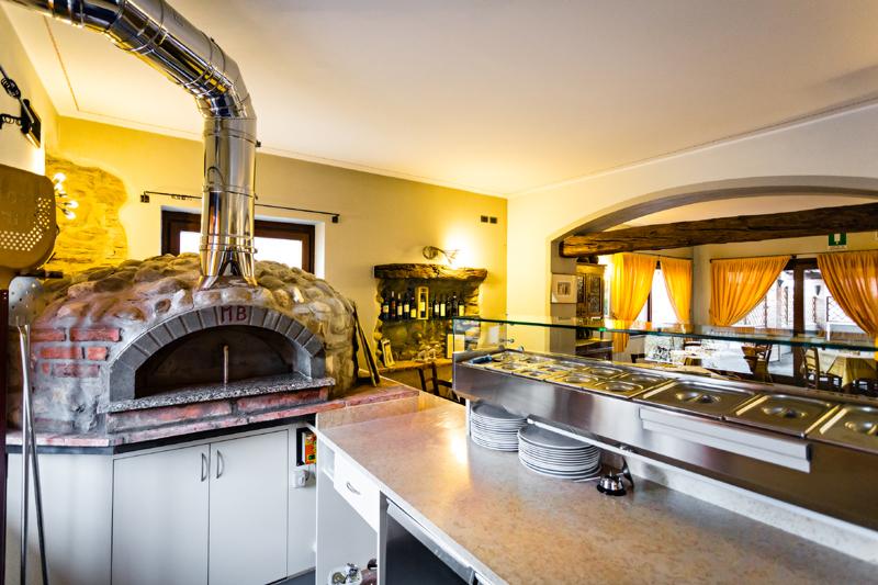 pizzeria con forno a legna seriate