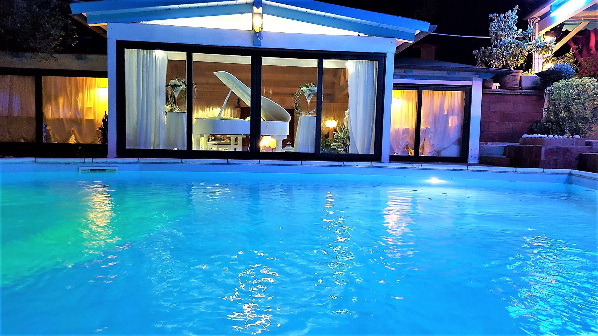 scenario romantico con piscina
