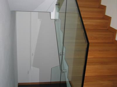 Scala in legno con corrimano in vetro
