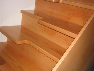 Scala in legno con lavorazione su gradini