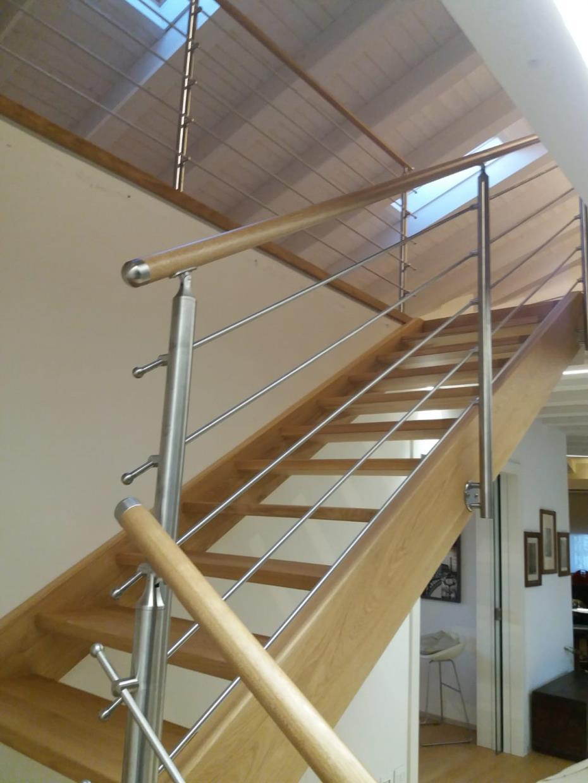 scala in legno e metallo stile moderno