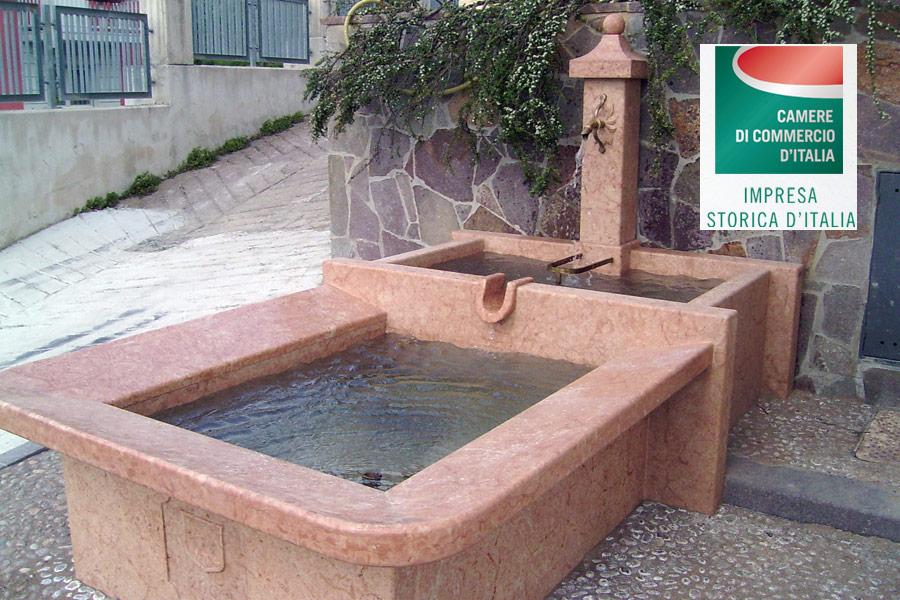 Fontana in pietra rossa - meano
