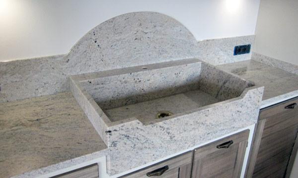 Lavello assemblato, ripiani e schienali in granito Colonial Ivory