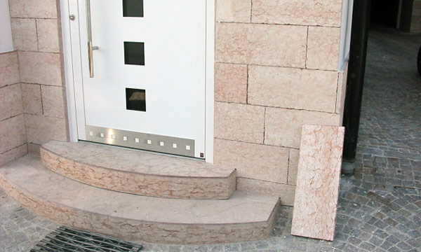 Scalini e rivestimenti verticali in pietra rossa