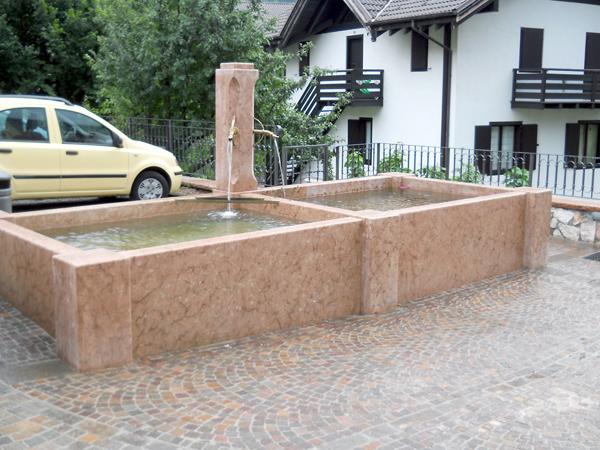 Fontana in pietra rossa - S. Lorenzo in Banale