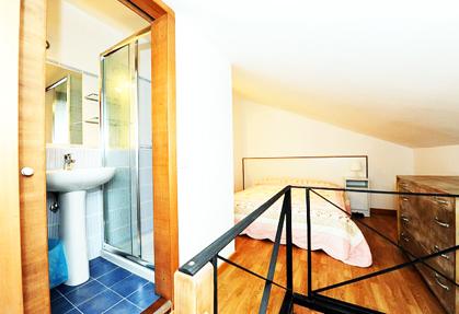 camera da letto con bagno bilocale Barberini Roma