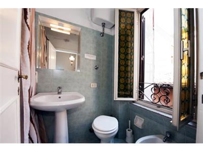 bagno con doccia e vasca bilocale trastevere Roma