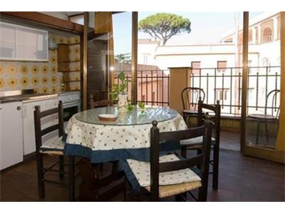 attico bilocale con zona pranzo angolo di cottura trastevere Roma
