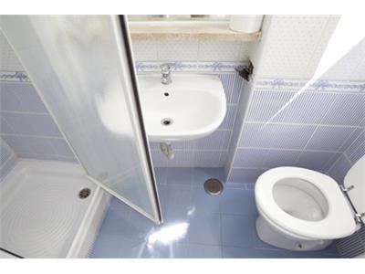 bagno con doccia bilocale trastevere Roma centro